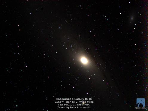 Galáxia de Andrômeda como é vista em telescópios. Crédito: SLOOH